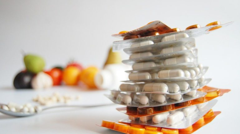 plaquettes de médicaments posées sur une table