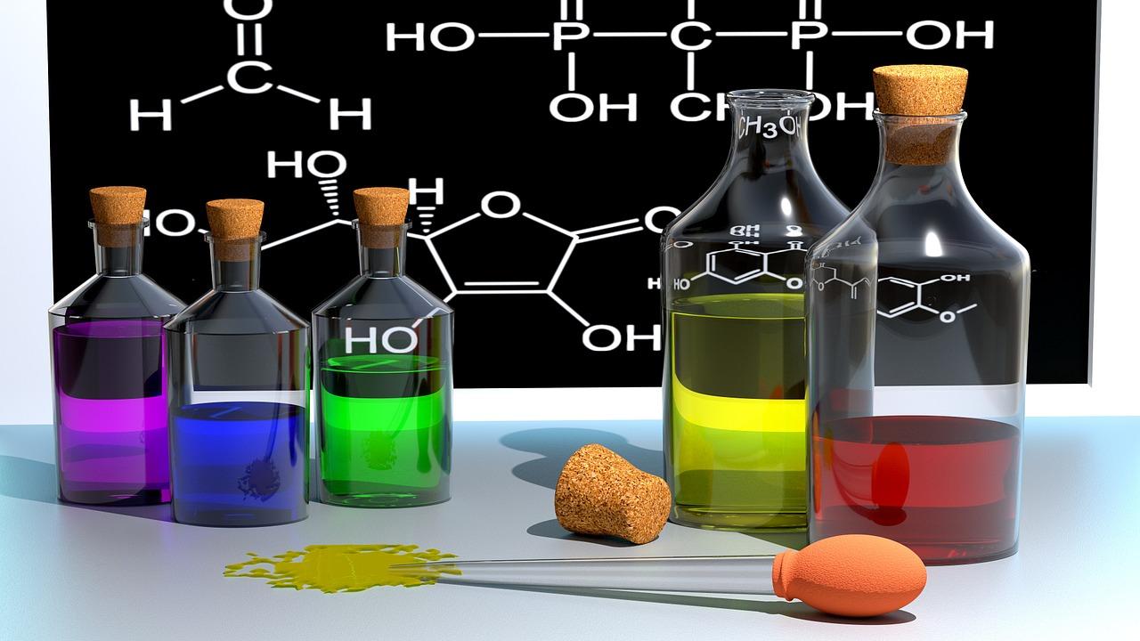 Fioles et tableau noir représentant la chimie