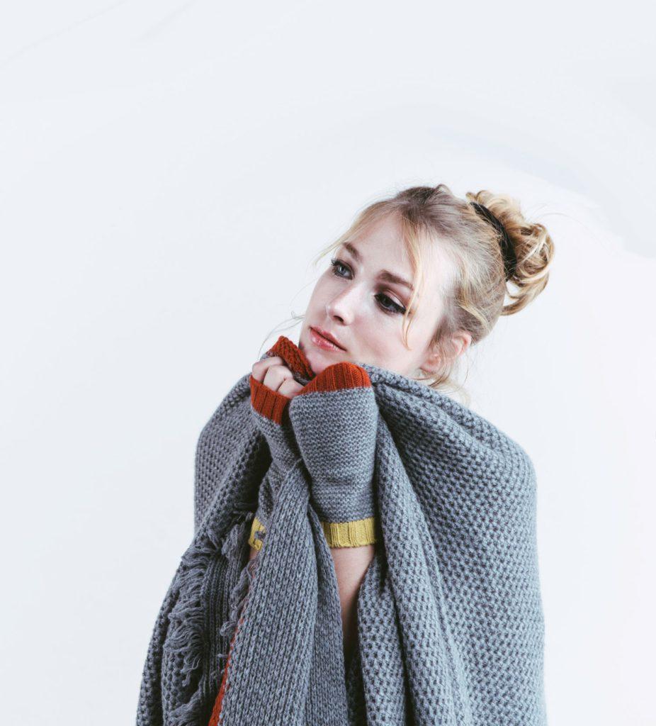 femme portant un châle et des mitaines en cachemire