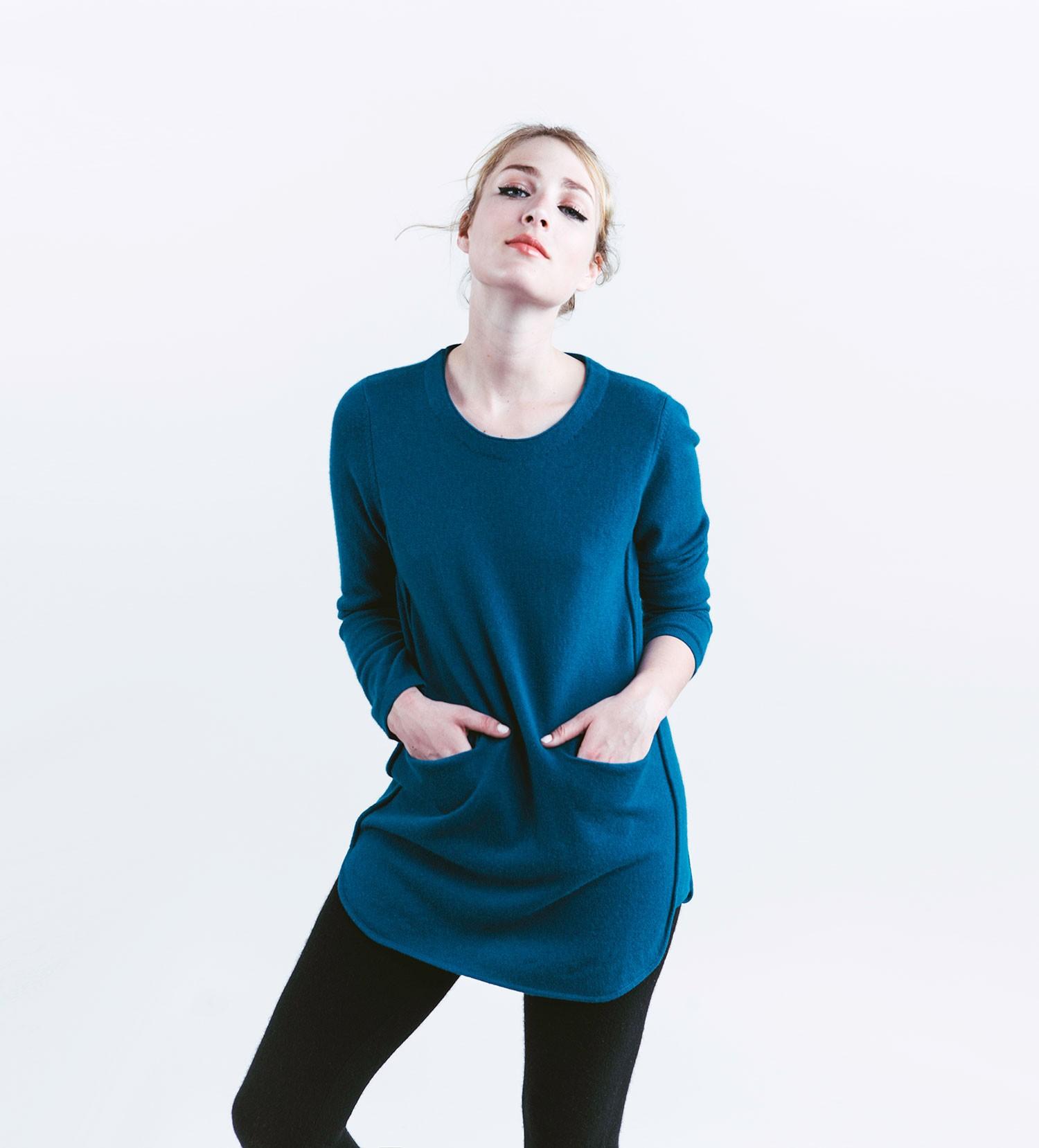 Femme portant un pull en cachemire bleu de la marque Madluv (modèle Twiggy)