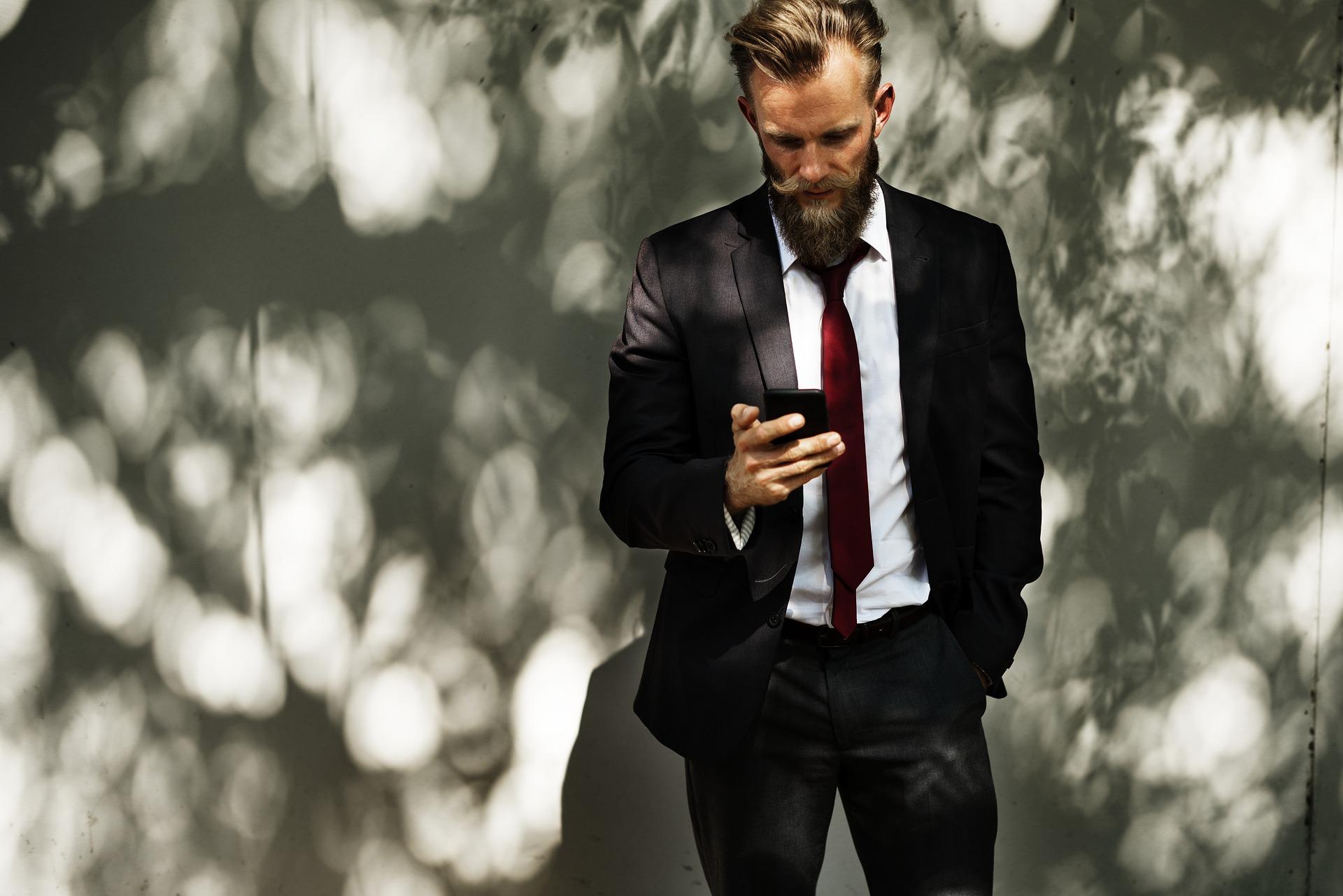 homme d'affaire avec un téléphone portable