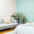 lit et canapé avec mur vert menthe